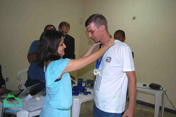 John Klaus (Eu) recebe medalha da Dra. Micheline Marcon (MPA)