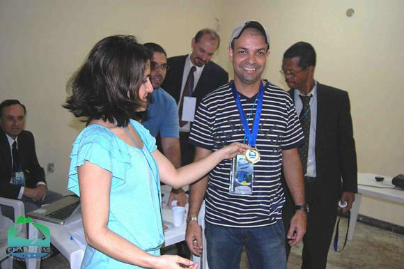 O criador Robinson Lima recebe medalha da Dra. Micheline Marcon (MPA)